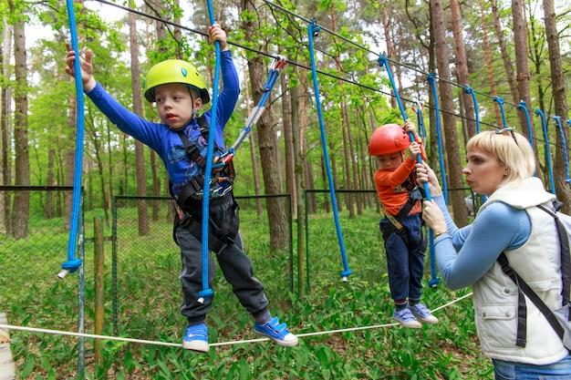 Frères jumeaux en casque promenades en corde Photo Premium