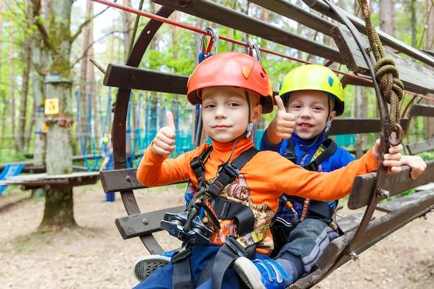 Frères jumeaux portant un casque et d'escalade Photo Premium