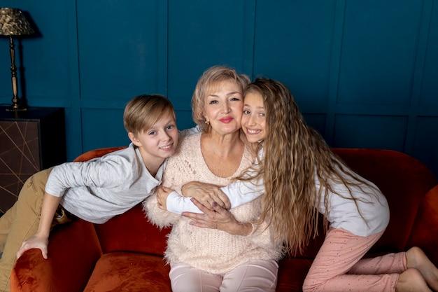 Frères Et Sœurs Passent Du Temps Avec Leur Grand-mère Photo gratuit