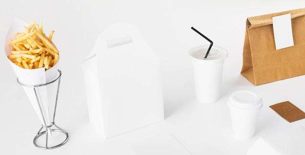 Frites; coupe de colis et d'élimination sur fond blanc Photo gratuit