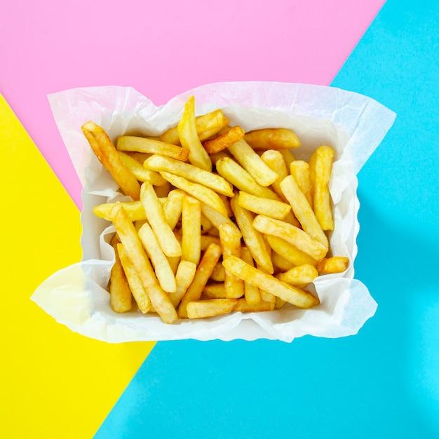 Frites Sur Un Fond Coloré Photo Premium