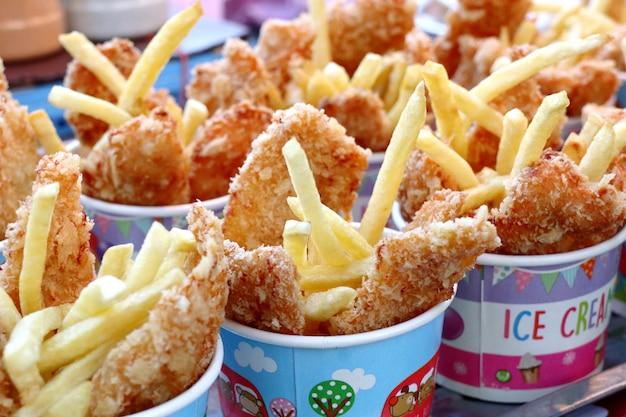 Frites et poulet frit Photo Premium