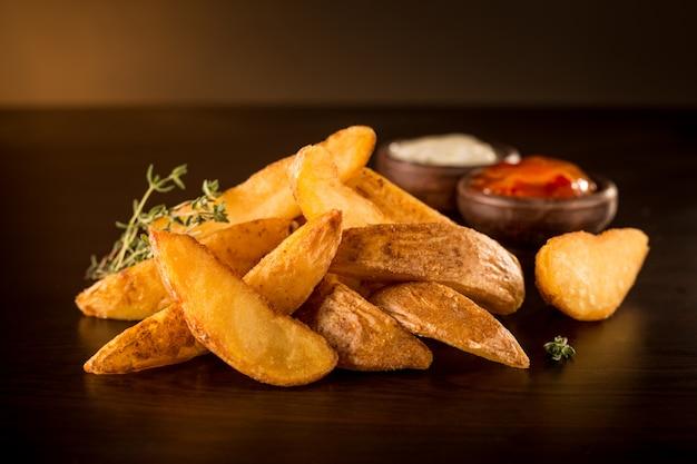 Frites Rustiques Avec Barbecue Et Mayonnaise Photo Premium