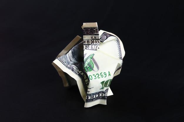 Froissé cent dollars américains. l'effondrement du dollar. dévaluation. chute de monnaie. Photo Premium