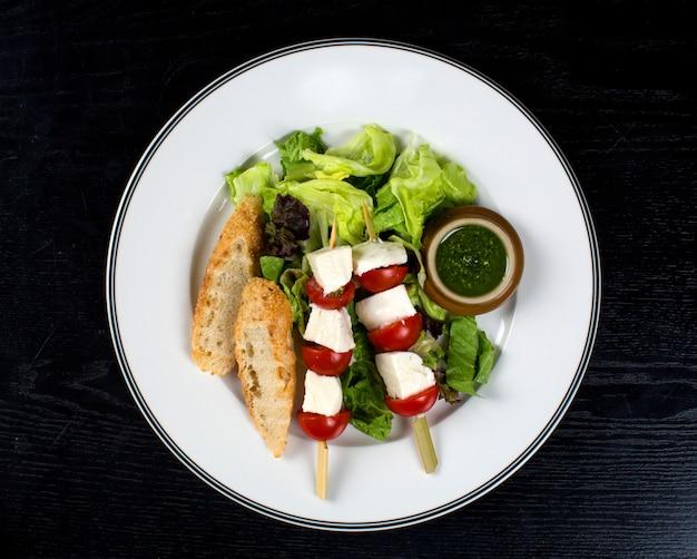 Fromage blanc à la tomate sur des bâtons et du pain Photo gratuit