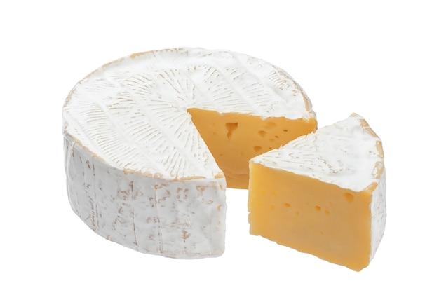 Fromage camembert isolé sur fond blanc avec un tracé de détourage Photo Premium