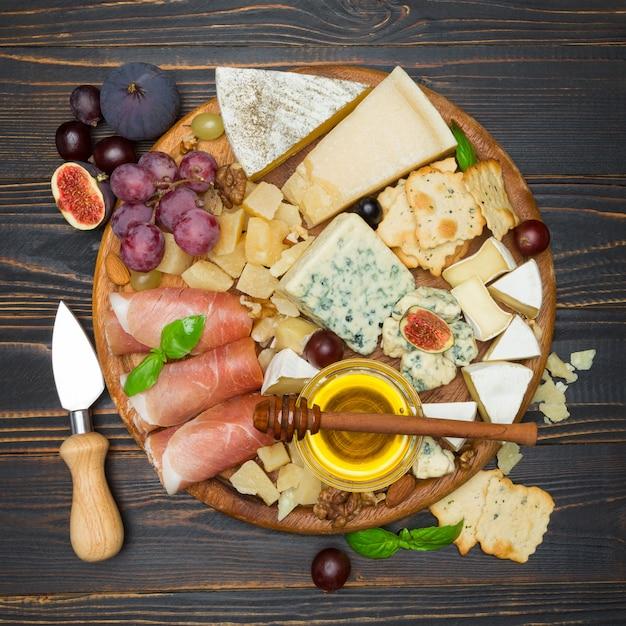 Fromage Camembert Et Prosciutto Au Miel, Figues, Noix Sur Planche De Bois Photo Premium