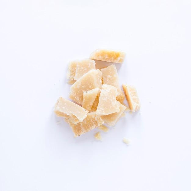 Fromage cassé isolé sur fond blanc Photo gratuit