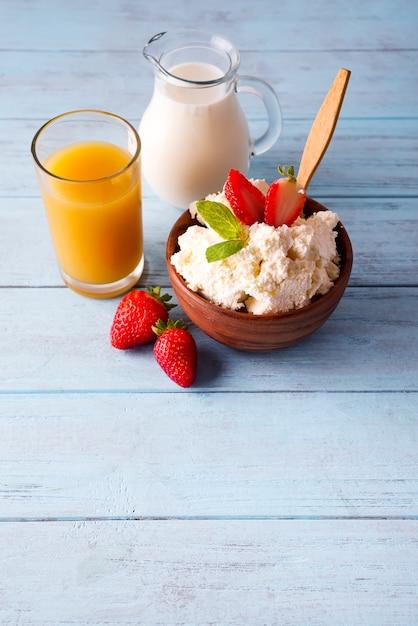 Fromage cottage au lait et jus d'orange Photo Premium