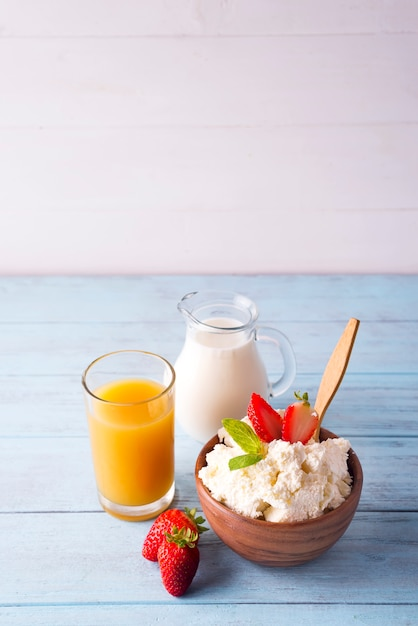 Fromage cottage au lait et jus d'orange Photo Premium