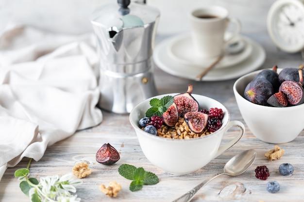 Fromage Cottage Aux Figues, Baies, Miel. Tasse De Café Et Cafetière. Petit Déjeuner. Table En Bois. Photo Premium