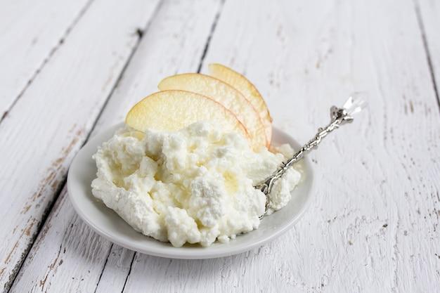 Fromage cottage, miel et pomme sur une assiette Photo Premium