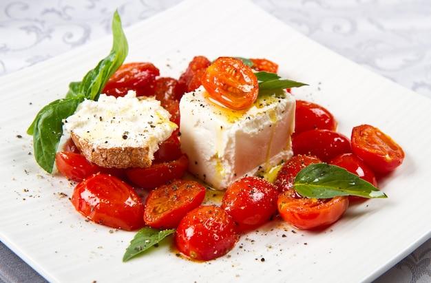 Fromage à la crème avec des tomates fraîches rouges Photo Premium