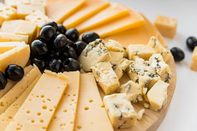 Fromage frais et olives sur une planche à découper Photo gratuit