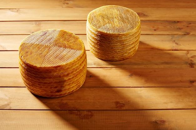 Fromage manchego d'espagne sur une table en bois Photo Premium