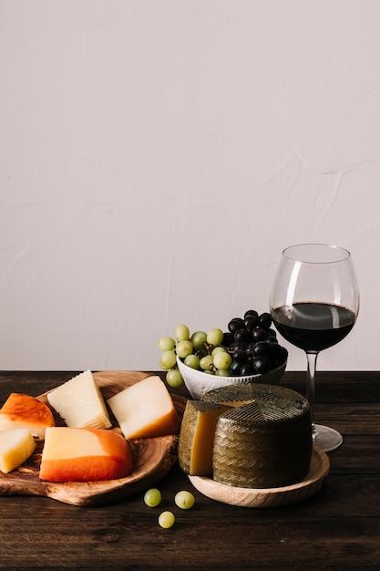 Fromage et raisins près du vin Photo gratuit