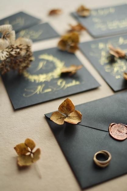 Frontière, de, mariage, artisanat, enveloppes, sur, table noire Photo Premium