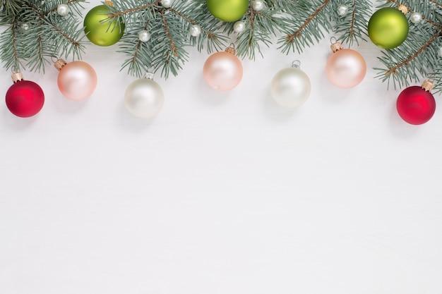 Frontière De Noël, Boules, Perles De Perles, Branches D'arbres Verts Sur Fond Blanc, Copie Cpace. Photo Premium