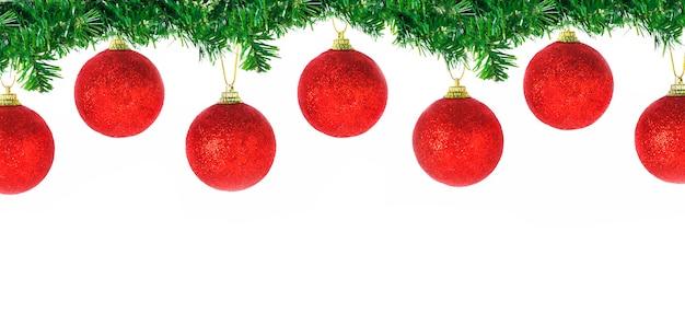 Frontière De Noël De Leurs Branches De Sapin De Conifères Avec Des Boules Rouges Suspendues Isolé Sur Fond Blanc Photo Premium