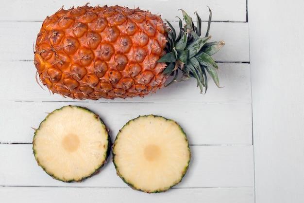 Fruit d'ananas açores frais isolé sur un fond en bois blanc. Photo Premium