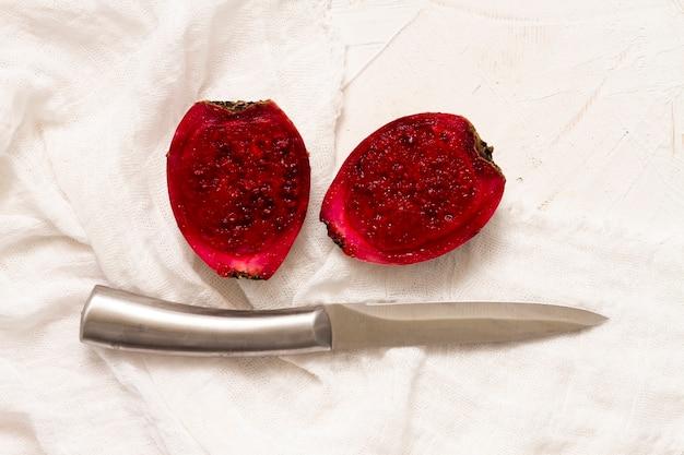 Fruit de cactus vue de dessus avec un couteau Photo gratuit