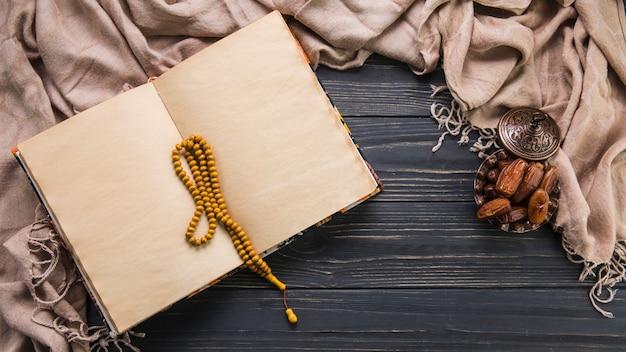 Fruit De Dates Avec Cahier Vierge Et Perles Photo gratuit