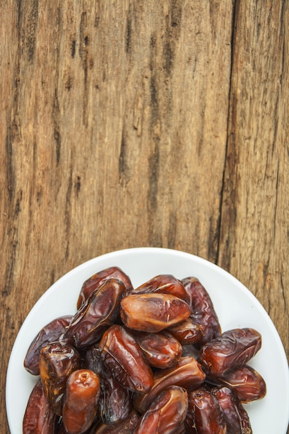 Fruit du palmier dattier ou kurma, nourriture de ramadan, style vintage Photo Premium