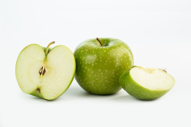 Fruit Frais Moelleux Pomme Verte Juteuse à Moitié Coupé Et Morceaux Sur Fond Blanc Photo gratuit