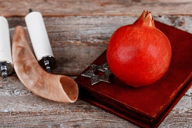 Fruit de la grenade prêt pour le nouvel an juif, rosh hashanah torah Photo Premium