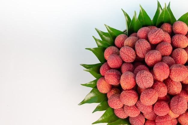 Fruit De Litchi Rouge Placé Dans Un Panier. Photo gratuit