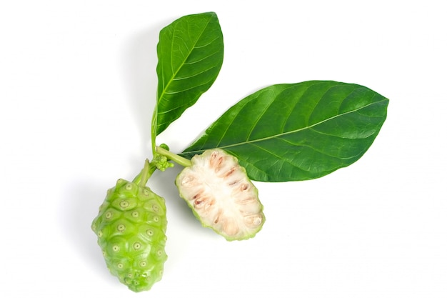 Fruit de noni ou morinda citrifolia isolé sur blanc Photo Premium