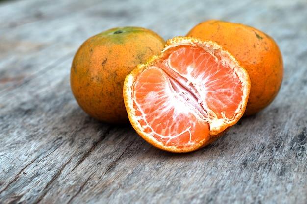 Fruit orange sur le vieux bureau en bois télécharger des photos
