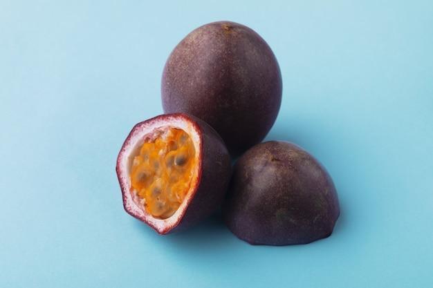 Fruit De La Passion En Demi-tranches Sur Fond Bleu Photo Premium
