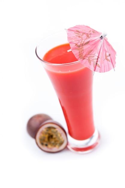 Fruit de la passion près d'un verre Photo Premium
