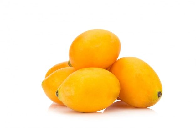 Fruit thaïlandais de prune mariale isolé sur fond blanc. mayongchid. maprang. marian plum. prune mangue Photo Premium