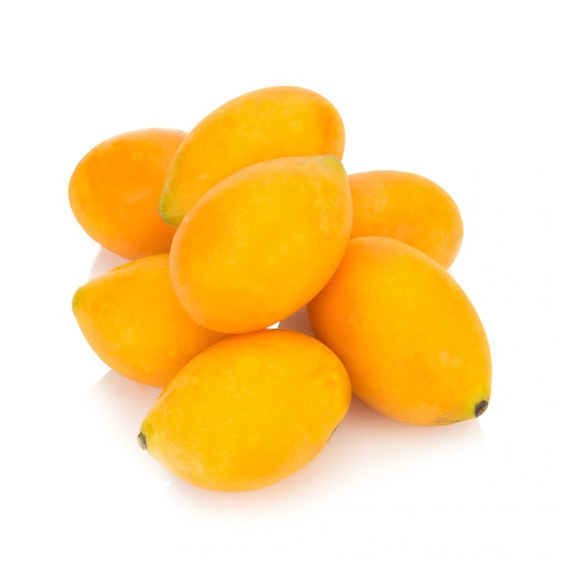 Fruit thaïlandais de prune mariale isolé. mayongchid. maprang. marian plum. prune mangue Photo Premium