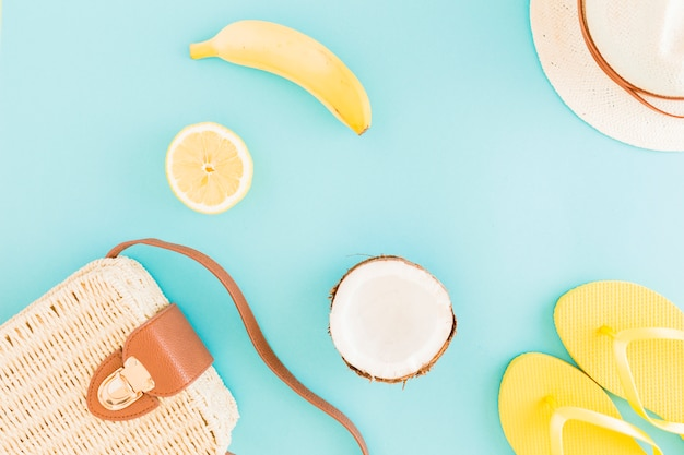 Fruits et accessoires de bord de mer sur fond clair Photo gratuit