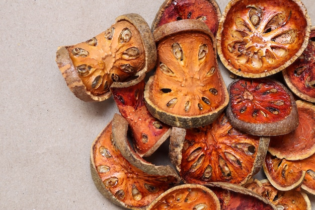 Fruits de balles séchées ou fruits de bael séchés Photo Premium