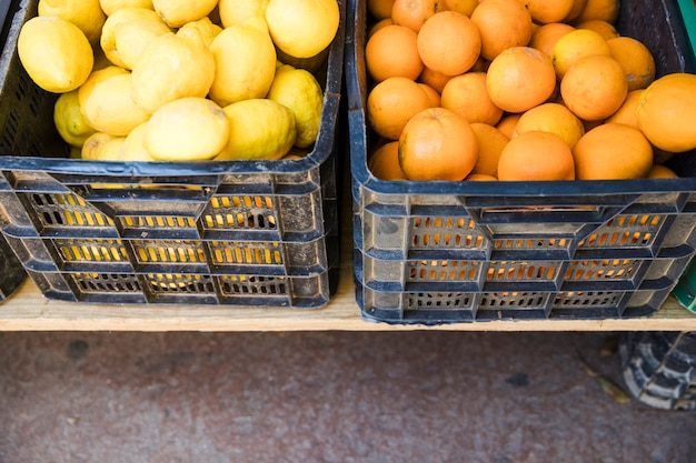 Fruits biologiques dans une caisse en plastique sur le marché de producteurs locaux Photo gratuit