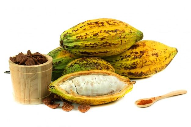 Fruits de cacao frais avec craquement du cacao (produits de cacao) Photo Premium