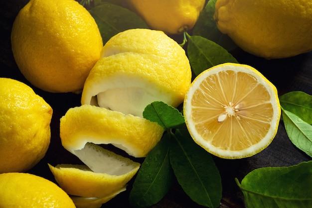 Fruits de citron bio jaune frais vue de dessus sur fond de table en bois vintage Photo Premium