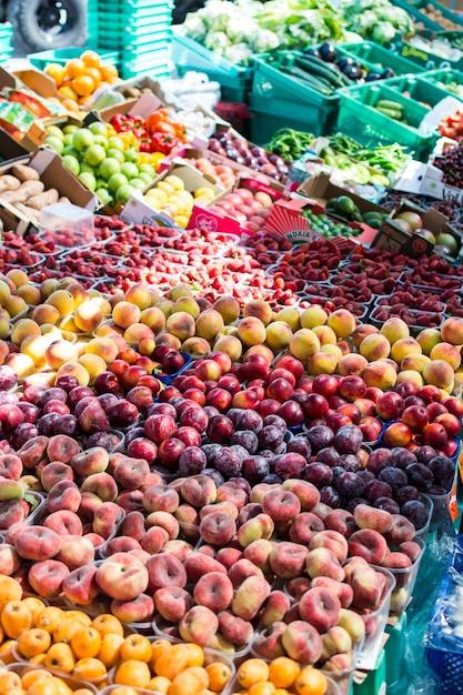 Fruits dans un marché de producteurs Photo gratuit