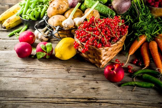 Fruits d'été frais, baies et légumes Photo Premium