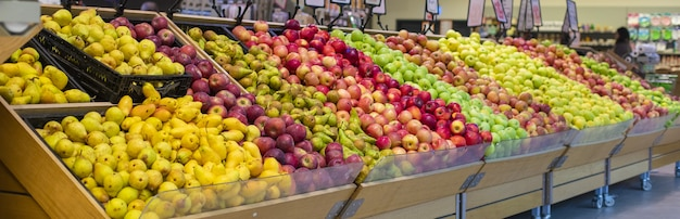 Fruits D'été Mélangés Aux Stands D'épicerie Photo gratuit