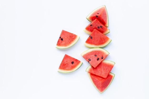 Fruits d'été, tranches de melon d'eau rouge sur blanc. Photo Premium
