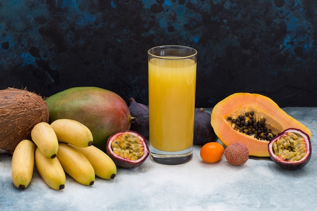 Fruits exotiques et un verre de jus Photo Premium