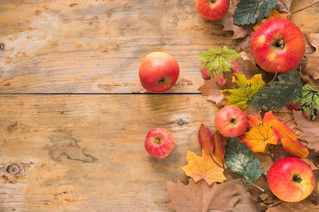 Fruits et feuillage sur planche de bois Photo gratuit
