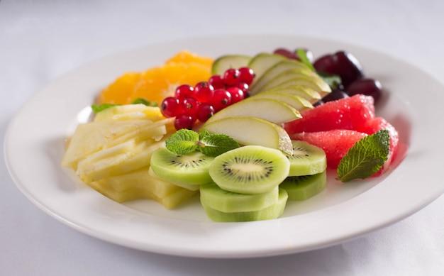 Fruits frais et baies sur la table du banquet Photo Premium