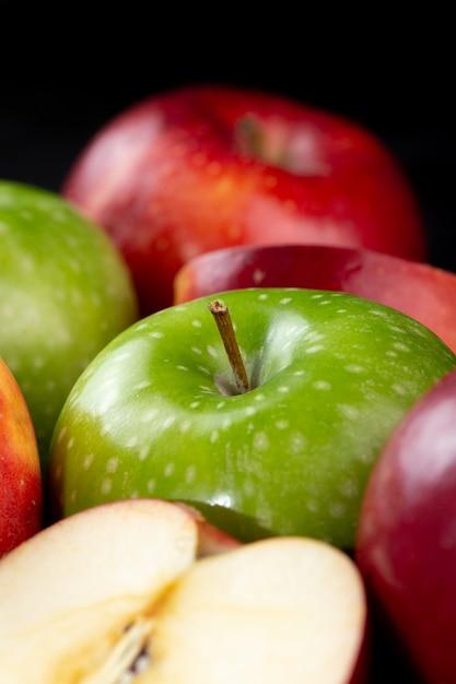 Fruits Frais Pommes Rouges Et Vertes Juteuses Moelleuses Isolés Sur Un Bureau Sombre Photo gratuit