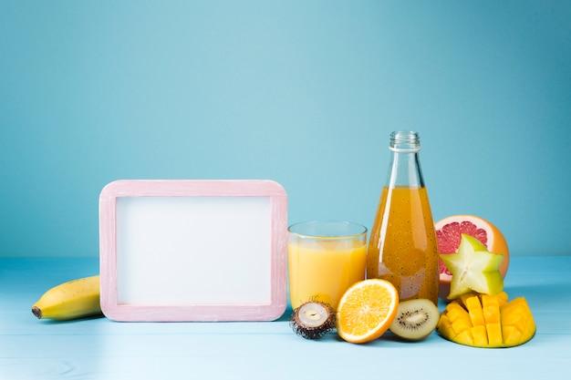 Fruits et jus rafraîchissants avec espace de copie Photo gratuit